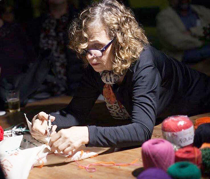 O primeiro trabalho foi uma enorme colcha de 83 quadradinhos bordados que entregariam a Marisa Letícia