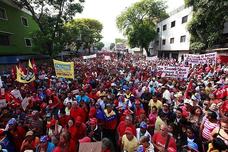 Caracas, dia 19 de abril, chavismo marcha em defesa da soberania e da paz.