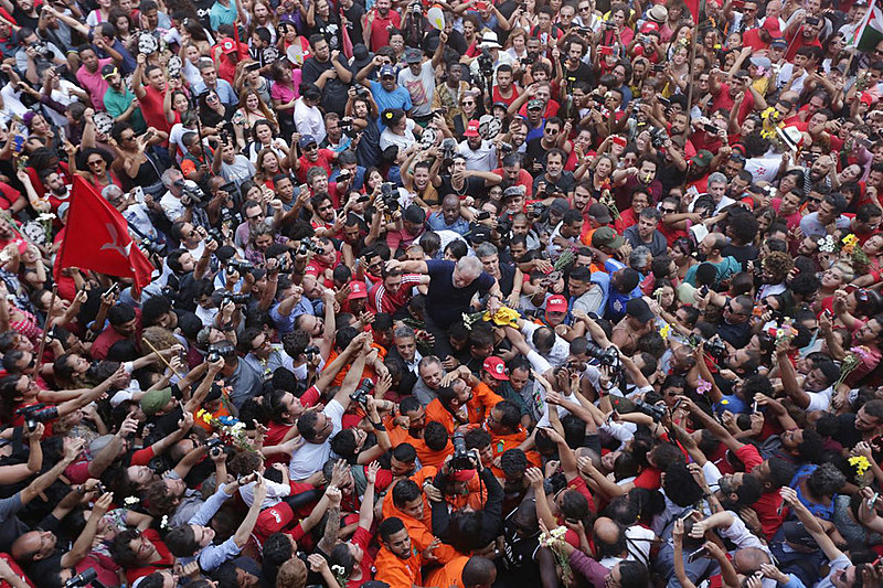 Lula is carried by the people who stood outside the Metal Worker's Union