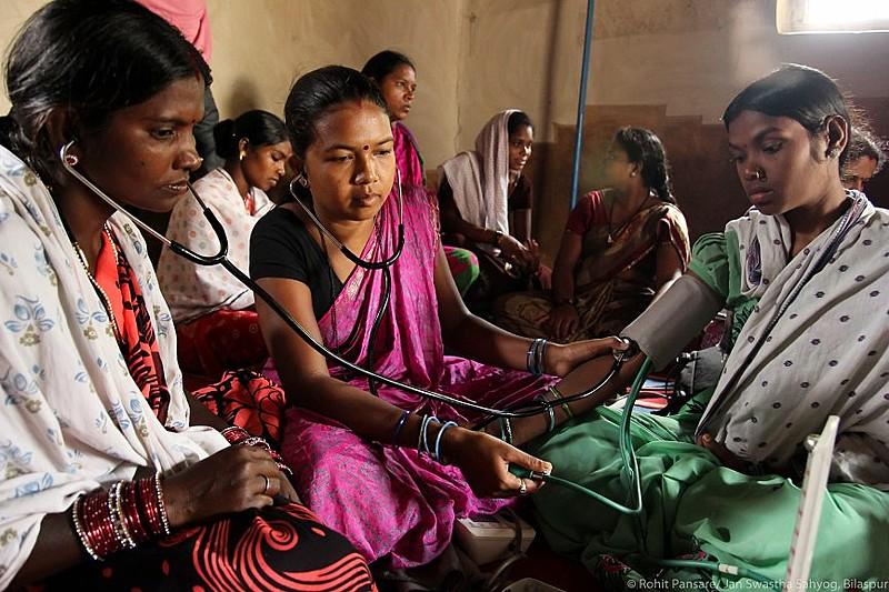 Cada subcentro do projeto - Semariya, Shivtarai e Bamhani - conta com duas profissionais de saúde seniores treinadas 24 horas por dia.