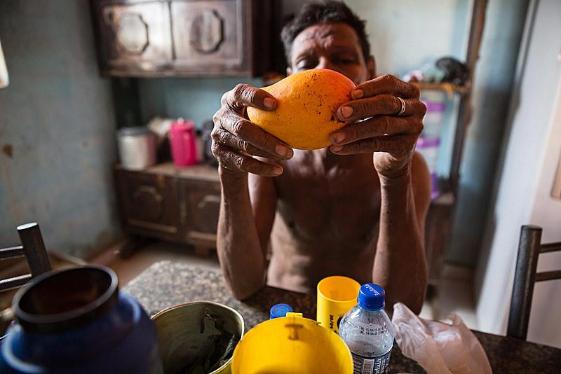 """Relatório """"Frutas doces, vidas amargas"""" mostra vulnerabilidade de trabalhadores rurais na produção de melão, uva e manga no Nordeste do país"""