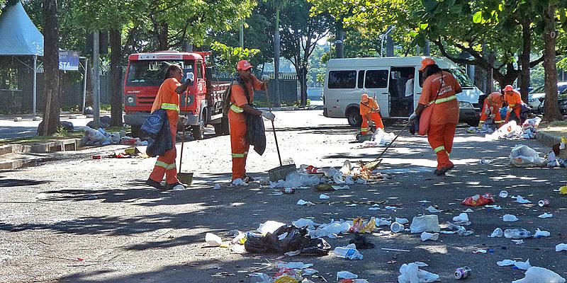 Segundo o estudo, os mais atingidos são aqueles que trabalham com capina e varrição e com a coleta de lixo convencional