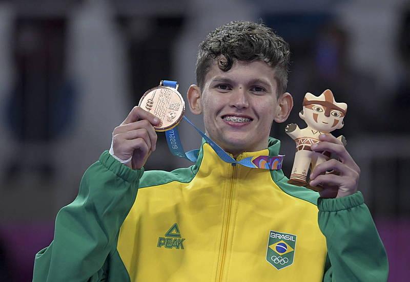 Paulo Ricardo Melo celebra sua medalha de bronze