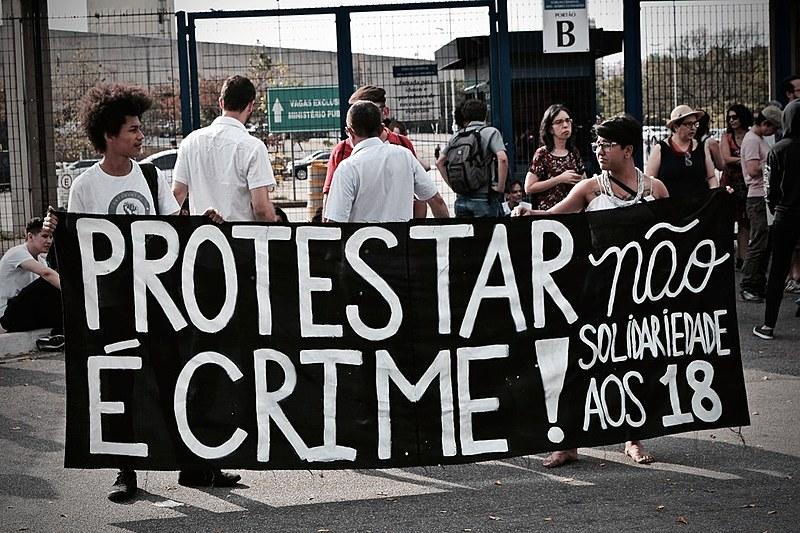 Manifestantes protestam contra a criminalização de manifestações