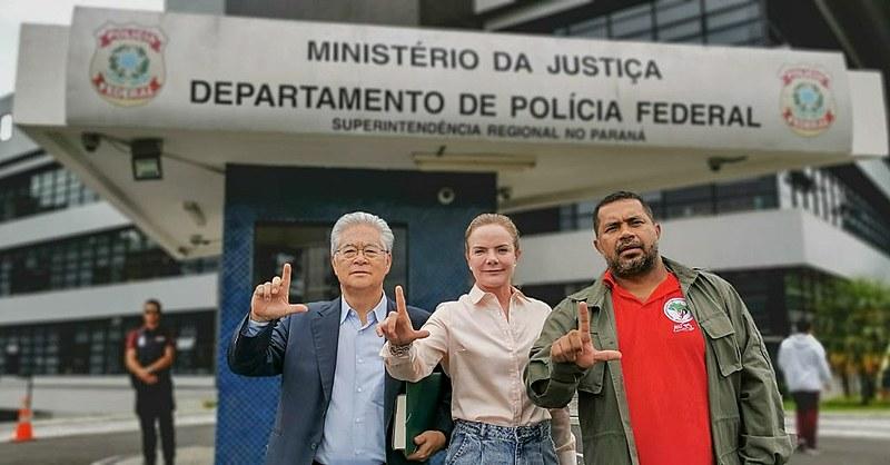 Paulo Okamotto (esq.), Gleisi Hoffmann (cen.) e João Paulo Rodrigues (dir.) na porta da Superintendência da Polícia Federal em Curitiba (PR)