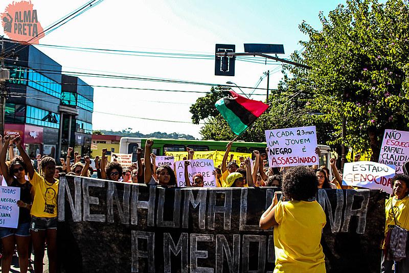 Cerca de 300 pessoas, em maioria mulheres negras, acompanharam a marcha.