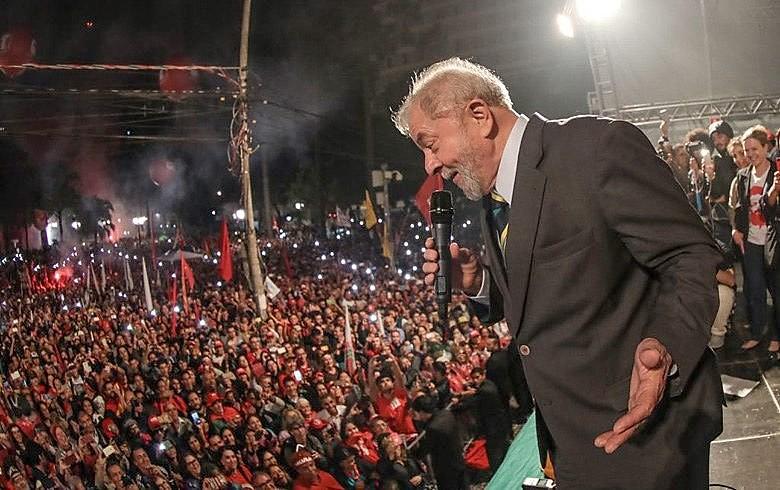 Lula reuniu cerca de 30 mil no centro de Curitiba após prestar depoimento no dia 10 de maio