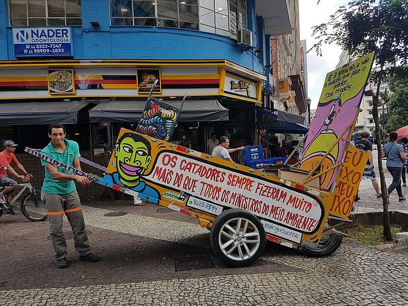 Rodrigue Lucena, catador em São Paulo, comemora sucesso do dispositivo
