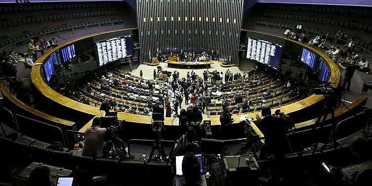 Parlamentares iniciam votação de denúncia contra Temer