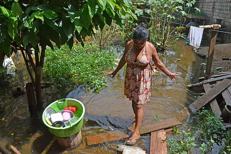 """Virou uma lagoa mesmo"", reclama Adriana Silva Ferreira"