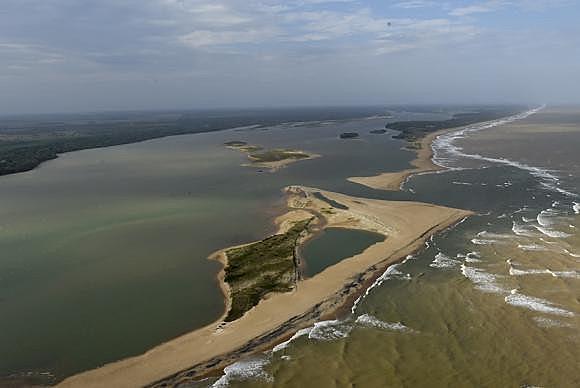 A lama vinda das barragens da Samarco seguem ao longo do leito do Rio Doce em direção à sua foz, em Linhares (ES)