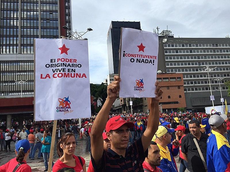 Apoiadores de Maduro se concentraram nos arredores do CNE