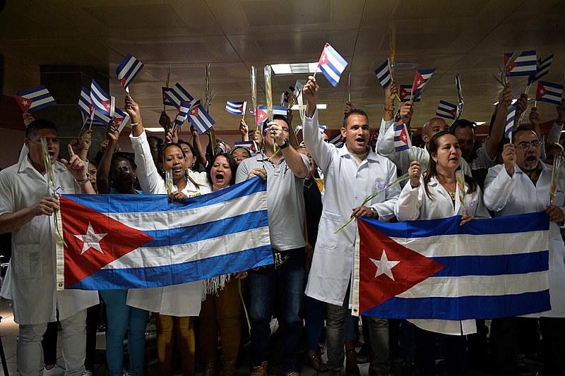 Médicos em Cuba aguardam o regresso de seus colegas de profissão após governo autoproclamado da Bolívia romper acordo entre os países