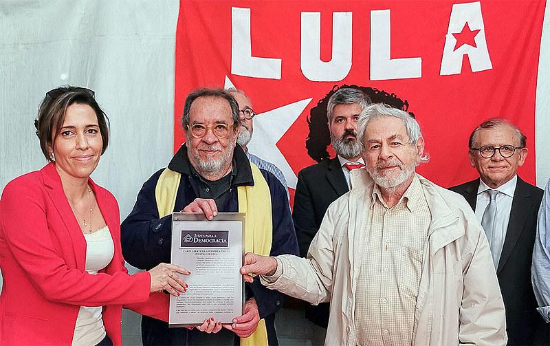 Mensagem dos juristas foi entregue ao petista por Raduan Nassar e Fernando Morais