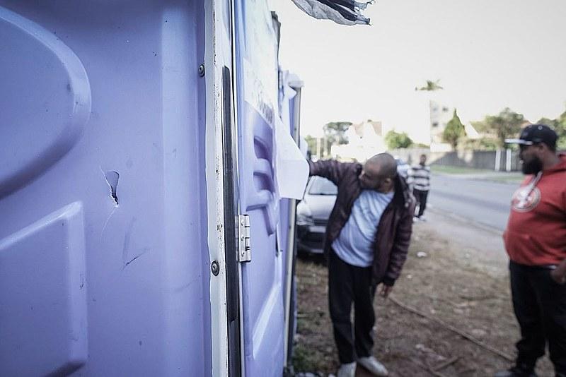 Marca de tiro em banheiro químico no acampamento Marisa Letícia; disparos foram realizados na madrugada de sábado