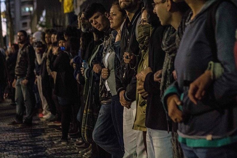 No Colégio Pedro Macedo, no bairro Portão, centenas de pessoas formaram uma corrente humana para defender a ocupação