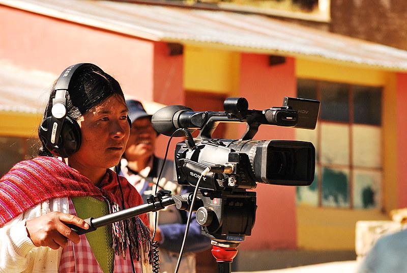 Mulher indígena trabalha com audiovisual na Bolívia; coletivos de formação aumentaram representatividade dos povos na comunicação