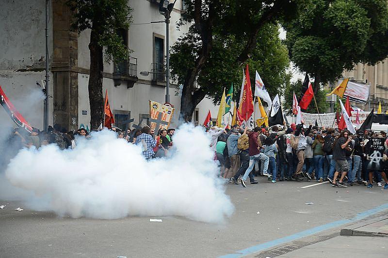 Momento em que polícia alveja bombas de gás contra manifestantes que criticavam mudanças no INSS e na CLT