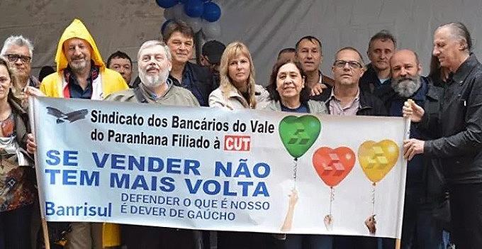 Manifestação ocorreu em frente ao edifício-sede do Banrisul, na Praça da Alfândega, no centro de Porto Alegre