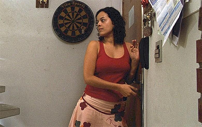 Maeve Jinkings em cena de 'O Som ao Redor', de Kleber Mendonça Filho, destaque da produção de Pernambuco