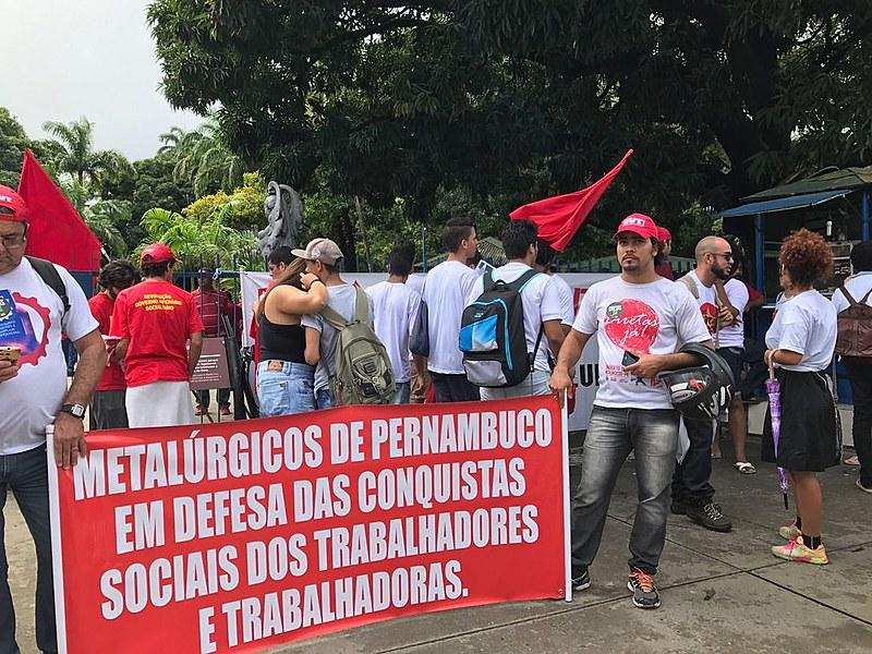 """Cerca de mil pessoas participaram do ato """"Pela democracia, contra as reformas e em defesa de Lula"""""""