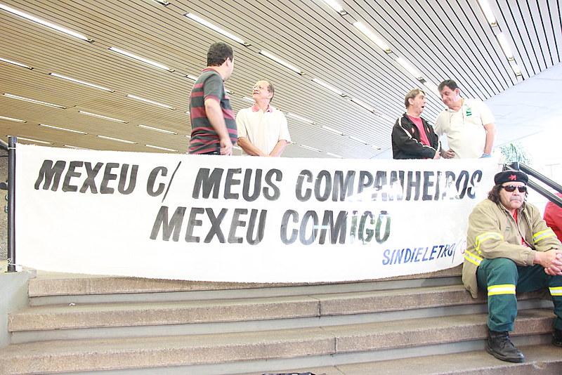Sindicato realizou uma manifestação, na quarta (15), em frente à sede da empresa