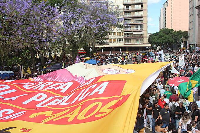 """Ato Unificado reuniu  cerca de mil servidores que marcharam contra o """"Pacote da Morte"""""""