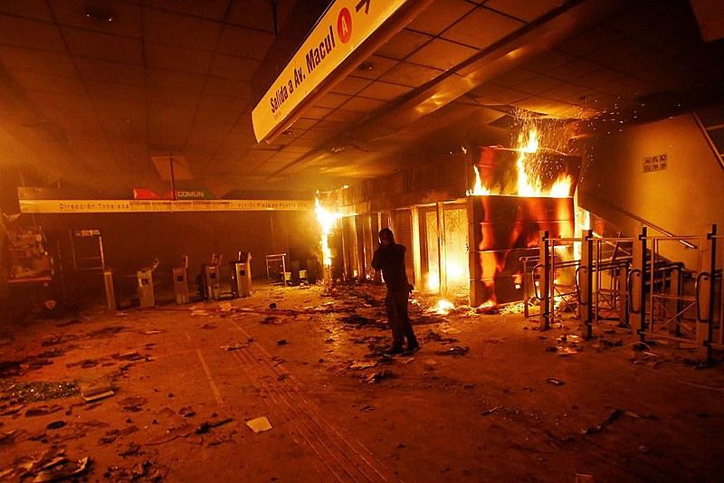 Palco de intensos protestos populares há quatro semanas, Chile regista mais de 5 mil prisões e pelo menos 1.700 feridos