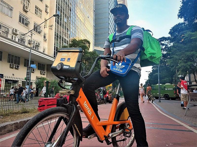"""Alexander Figueira, de 26 anos, é morador do bairro Jardim Primavera, em Duque de Caxias, e desde o ano passado sobrevive a base de """"bicos"""""""