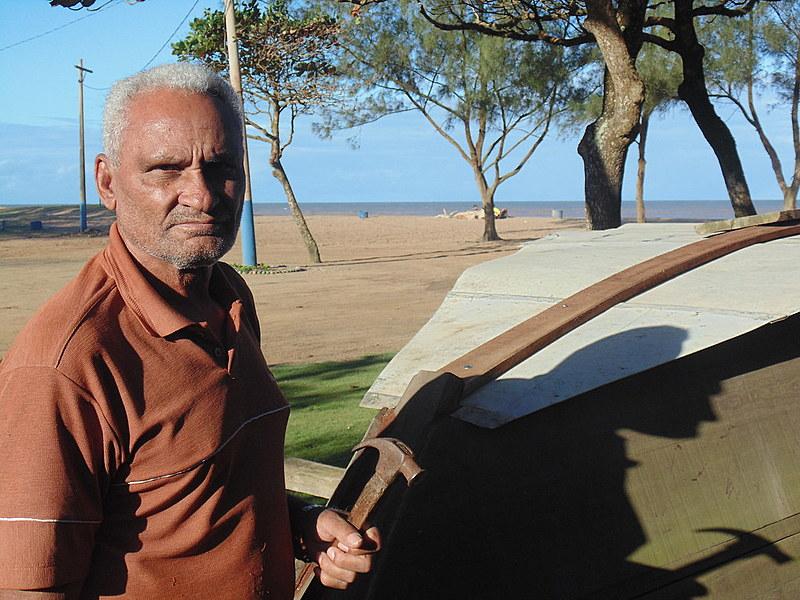 Seu Simião constrói um barco para transporte de passageiros, pois pesca está proibida
