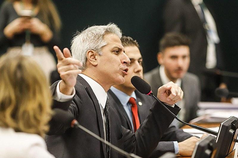 Deputados durante debate na CCJ da Câmara sobre a PEC da Previdência