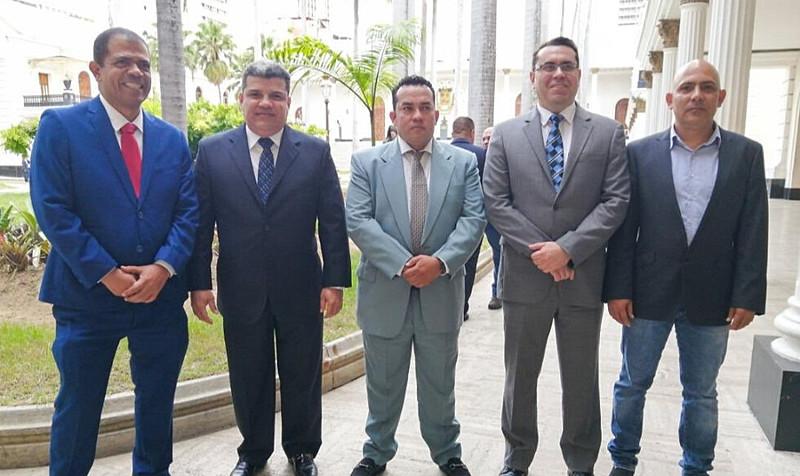 Nova junta diretiva será formada pelos deputados Luis Parra (ao centro) que assumirá o cargo de presidente, Franklin Duarte e José Gregorio