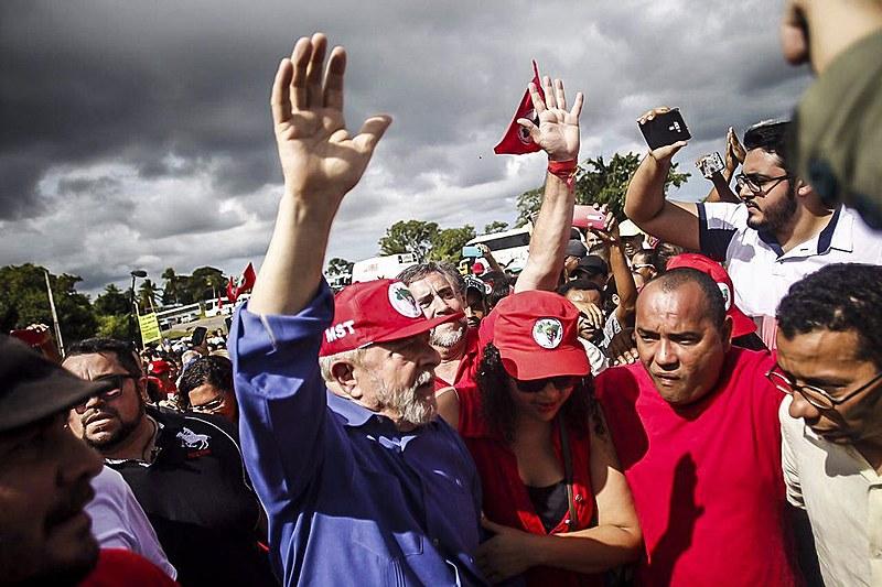 """Lula visitou a casa de um acampado e seguiu para uma """"mística"""", quando """"entregaram"""" simbolicamente o ex-presidente para Sergipe."""