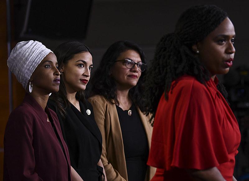 Ayanna Presley fala observada por Abdullahi Omar, Alexandra Ocasio-Cortez e Rashida Tlaib; as quatro criticaram duramente as declarações