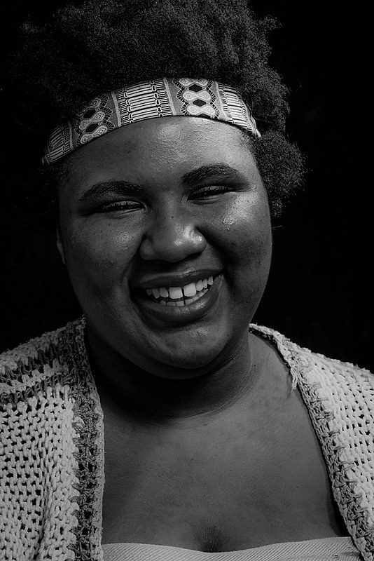 Na foto Lélia é interpretada pela militante do Levante Popular da Juventude, Paula Silva, que luta pela emancipação das mulheres.