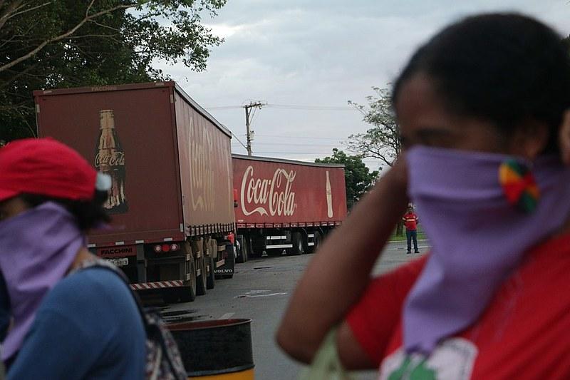 Protesto denuncia o caráter mercantilista do fórum patrocinado por conglomerados multinacionais