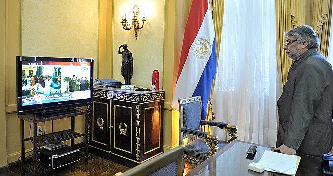 O então presidente do Paraguai, Fernando Lugo, assiste pela TV, em junho de 2012, sua deposição