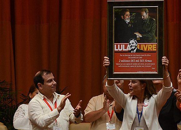 Presidente do PT Gleisi Hoffmann recebe 2 milhões de assinaturas de cubanos e cubanas em apoio à liberdade de Lula