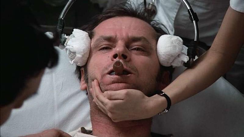 """No filme """"Um estranho no ninho"""",o personagem vivido por Jack Nicholson é submetido a eletrochoques no hospício"""