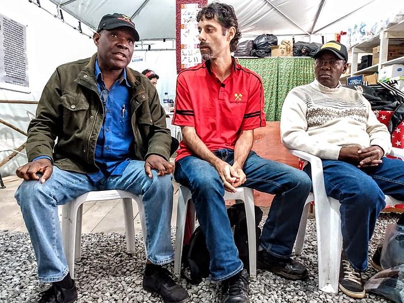 Mmembe, à esquerda na foto, defende a articulação da luta dos povos e uma dessas bandeiras é Lula Livre
