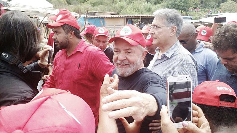Por onde passou o ex-presidente falou sobre o golpe em curso no país e sobre as tentativas para retirar o seu nome da disputa eleitoral.
