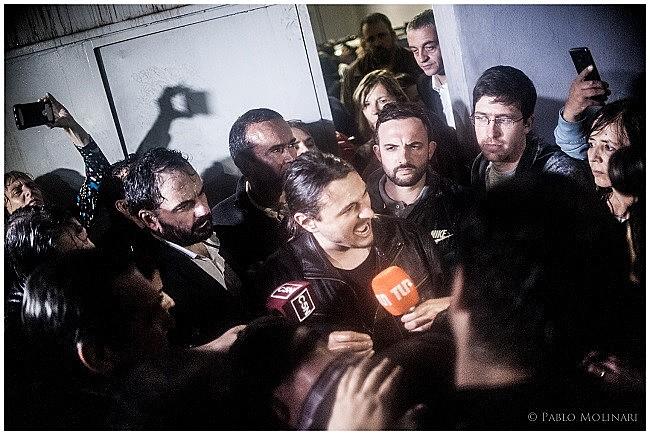 Dezenas de manifestantes aguardavam a liberação dos detidos, entre eles, Grabois, que declarou: