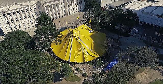 Con arena y tribunas, el circo está montado en la Plaza Santos Andrade, en el centro de Curitiba