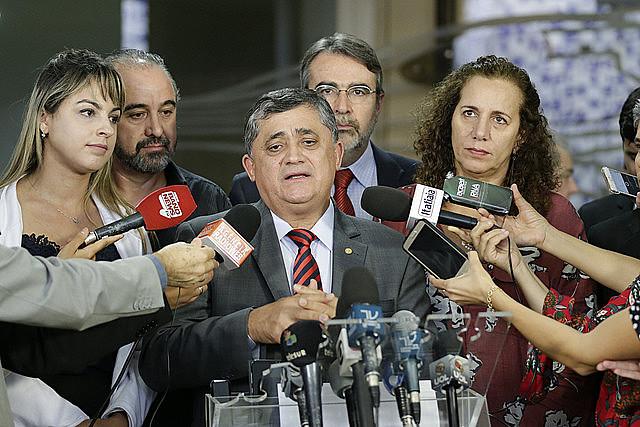 Parlamentares de oposição e movimentos populares realizam coletiva na tarde desta terça (28), na Câmara Federal