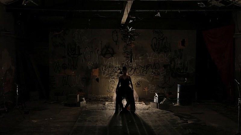 Foto do Espetáculo-Intervenção 'BadeRna' que retrata a história da dançarina Marietta Baderna
