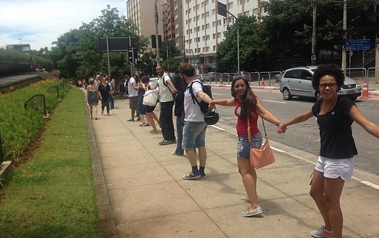 Participantes deram as mãos em volta do Centro Cultural, em um abraço simbólico às bibliotecas