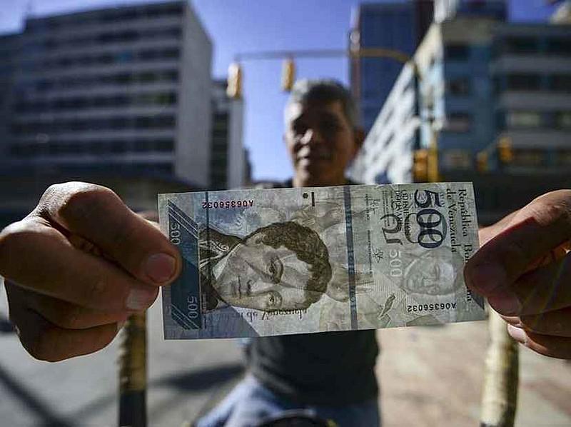 Venezuelanos esperam que nova reconversão monetária devolva dinheiro a ruas e regularize a situação de escassez da moeda