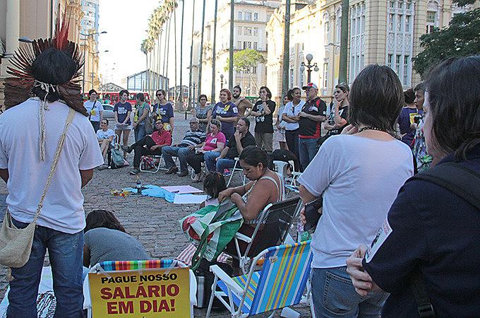 Em greve, servidores da cultura promoveram debate aberto na Praça da Alfândega