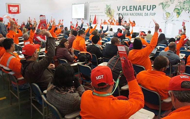 """Petroleiros fazem plenária num momento em que país é """"refém de um governo golpista e entreguista"""""""