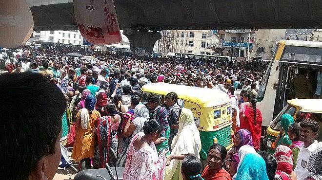 Operárias do setor de vestuário decidiram parar de trabalhar e fechar a rua para protestar contra a reforma
